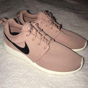 NEW Women's Nike Roshe Ones ID
